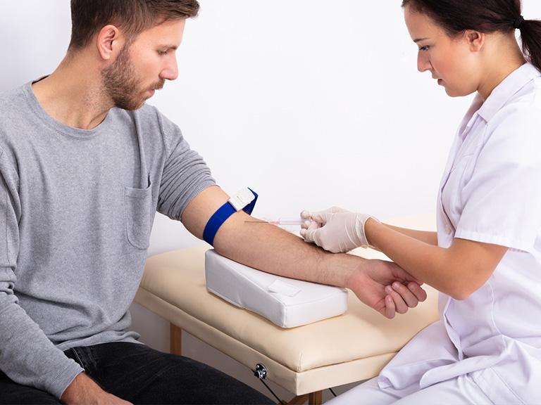 pobieranie krwi mężczyźnie